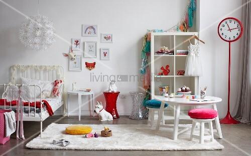 Weisses Kinderzimmer Mit Roten Accessoires