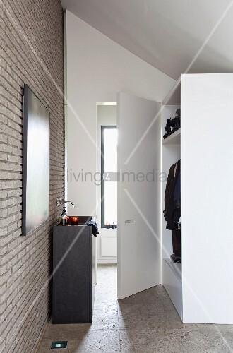 waschtischkubus an moderner ziegelwand gegen ber kleiderschrank unter dachschr ge bild kaufen. Black Bedroom Furniture Sets. Home Design Ideas