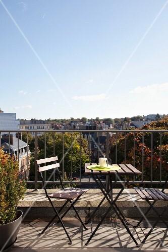 Klapptischgarnitur auf sonnigem balkon mit blick ber die for Innendesigner schweiz