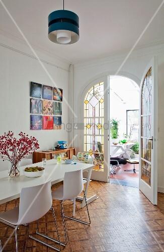 Moderner weisser essplatz auf mosaikparkett in for Altbauwohnung modern einrichten