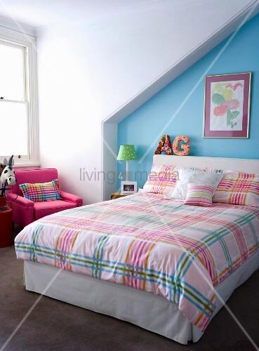 kinderzimmer unterm dach mit farbenfroh karierter bettw sche vor hellblauer wand bild kaufen. Black Bedroom Furniture Sets. Home Design Ideas