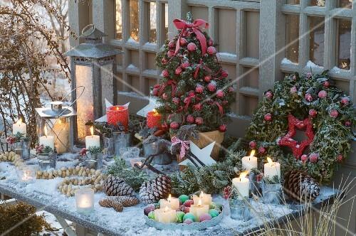 weihnachtliches tischarrangement mit geschm ckter zuckerhutfichte kranz laternen kerzen und. Black Bedroom Furniture Sets. Home Design Ideas