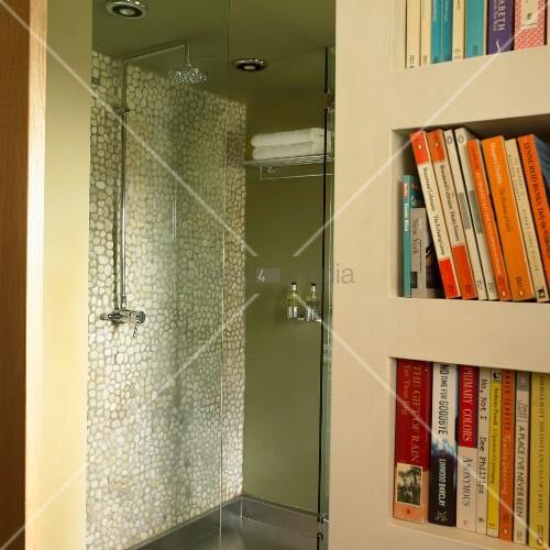 duschkabine in gr n mit mosaikfliesenwand und glast r neben einem b cherschrank bild kaufen. Black Bedroom Furniture Sets. Home Design Ideas