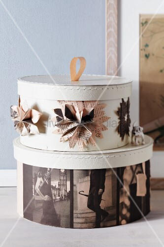 hutschachteln dekoriert mit zeitungspapier bild kaufen living4media. Black Bedroom Furniture Sets. Home Design Ideas