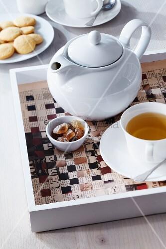 Tischset aus zeitungspapier gewebt mit teekanne auf - Bilder mit zeitungspapier ...