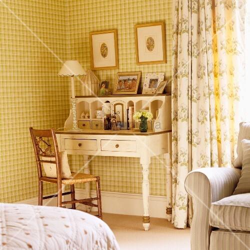 weisser nostalgischer holz sekret r mit aufsatz in zimmerecke vor tapezierter wand mit. Black Bedroom Furniture Sets. Home Design Ideas