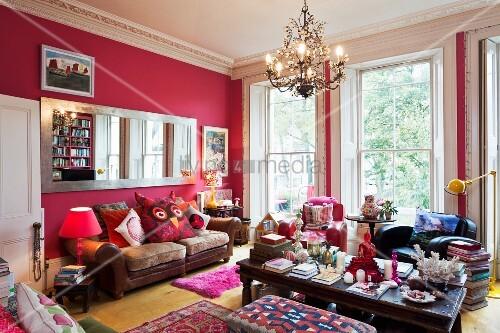 pinkfarbene w nde in herrschaftlichem raum mit gro em langen wandspiegel ledercouch und. Black Bedroom Furniture Sets. Home Design Ideas