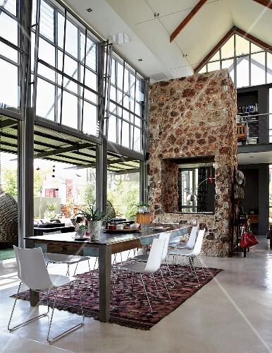 Wohnraum Im Industriestil Mit Verglasten Fensterfronten ... Kamin Als Trennwand