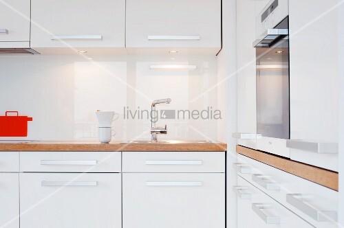 k che mit weissen m beln holzarbeitsplatte und einbauherd bild kaufen living4media. Black Bedroom Furniture Sets. Home Design Ideas