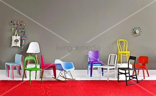 verschiedene bunte st hle garderobe mit schirm und. Black Bedroom Furniture Sets. Home Design Ideas