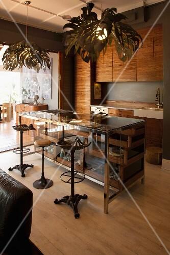 vintage barhocker vor vitrinenartiger theke in offener einbauk che mit h ngeleuchte und. Black Bedroom Furniture Sets. Home Design Ideas