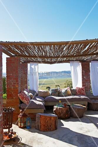 gemauerte sitzbank baumst mme als tischchen auf dachterrasse mit pergola aus bambusst ben auf. Black Bedroom Furniture Sets. Home Design Ideas