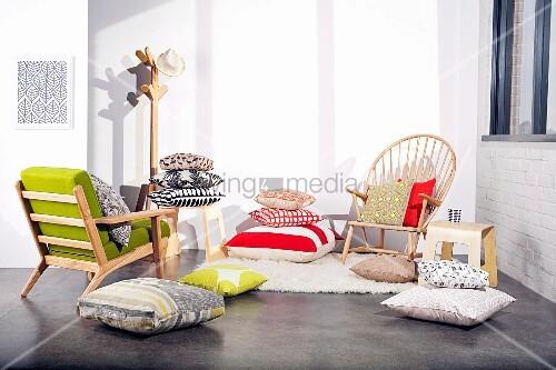 verschiedene trendige zierkissen st hle und ein kleiderst nder bild kaufen living4media. Black Bedroom Furniture Sets. Home Design Ideas