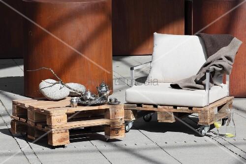 Selbstgebauter Couchtisch und Sessel aus Holzpaletten auf
