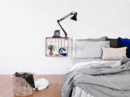 innen weiss gestrichene holzkiste mit klemmleuchte und deko als nachttisch an die wand geh ngt. Black Bedroom Furniture Sets. Home Design Ideas