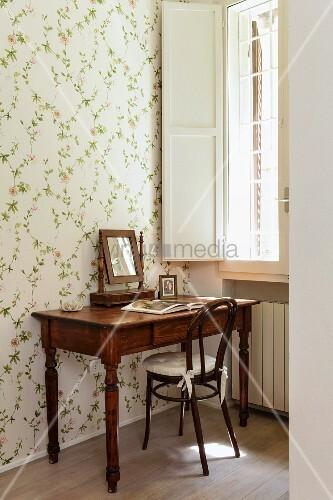 antiker sekret r mit spiegel und thonetstuhl vor wand mit floral gemusterter tapete am fenster. Black Bedroom Furniture Sets. Home Design Ideas