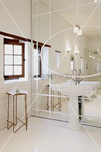 Spiegel mit aufgeklebten weissen holzleisten davor standwaschbecken an der seite filigraner - Spiegel sprossenfenster ...