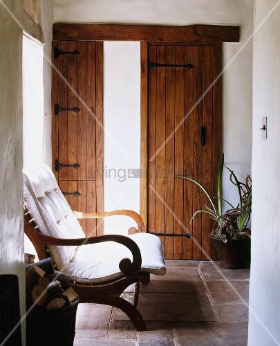 flurbereich eines landhauses mit rustikalen holzt ren steinfussboden holzstuhl mit. Black Bedroom Furniture Sets. Home Design Ideas