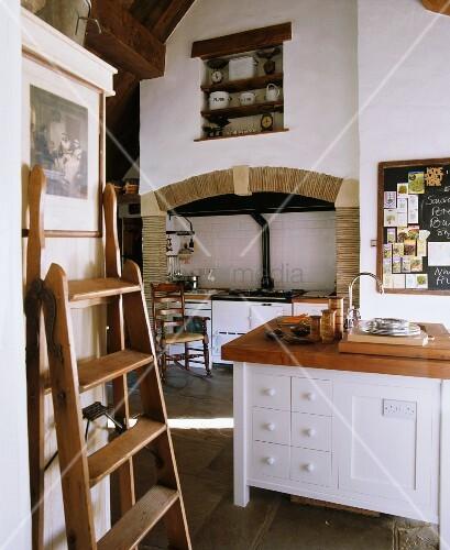 landhausk che mit hohen w nden k cheninsel herd in gefliester wandnische bild kaufen. Black Bedroom Furniture Sets. Home Design Ideas