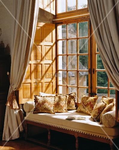 gepolsterte sitzbank mit dekokissen in fensternische. Black Bedroom Furniture Sets. Home Design Ideas