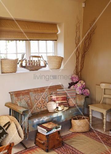 mediterrane wohnzimmerecke mit verschlissenem sofa unter fenster bild kaufen living4media. Black Bedroom Furniture Sets. Home Design Ideas