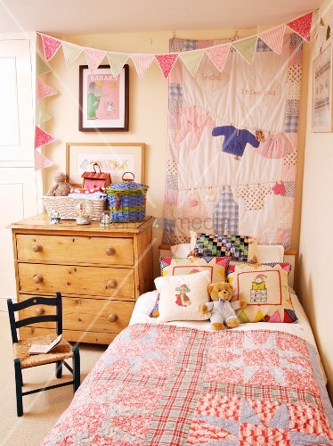 rustikales kinderzimmer bett mit patchworkdecke neben. Black Bedroom Furniture Sets. Home Design Ideas