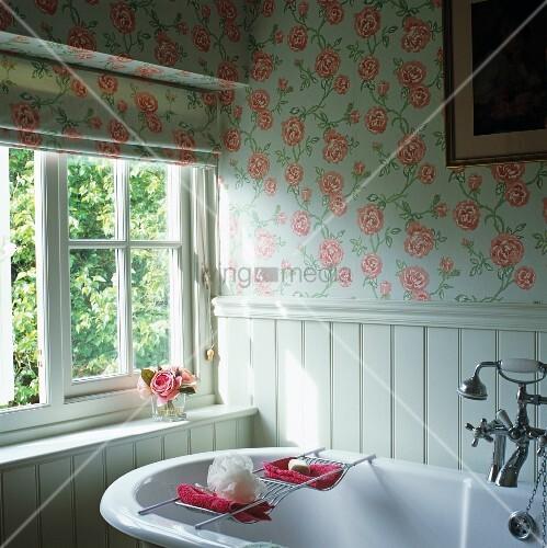 vintage badewanne vor fenster im badezimmer mit gleichem rosenmuster auf rollo und tapete bild. Black Bedroom Furniture Sets. Home Design Ideas