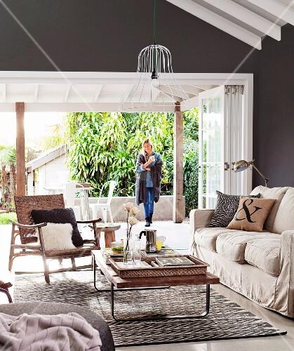 wohnzimmer naturfarben:Wohnzimmer in Naturfarben mit offener Terrassentür – living4media ~ wohnzimmer naturfarben
