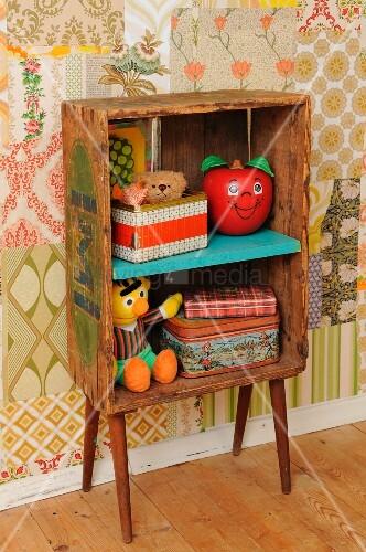Kinderzimmer im retro stil mit selbstgebasteltem regal aus for Holzkiste kinderzimmer