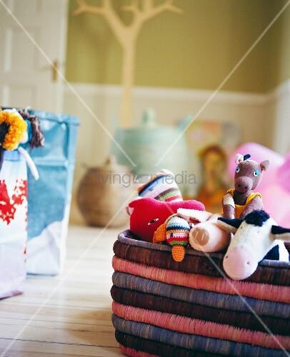 korb mit spielsachen im kinderzimmer bild kaufen living4media. Black Bedroom Furniture Sets. Home Design Ideas