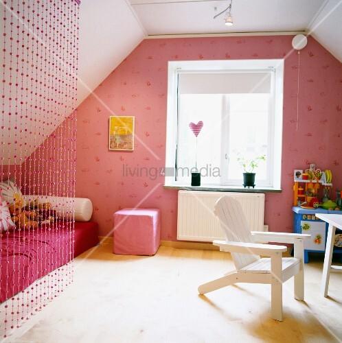 rosarotes m dchenzimmer unterm dach mit perlenvorhang vor. Black Bedroom Furniture Sets. Home Design Ideas