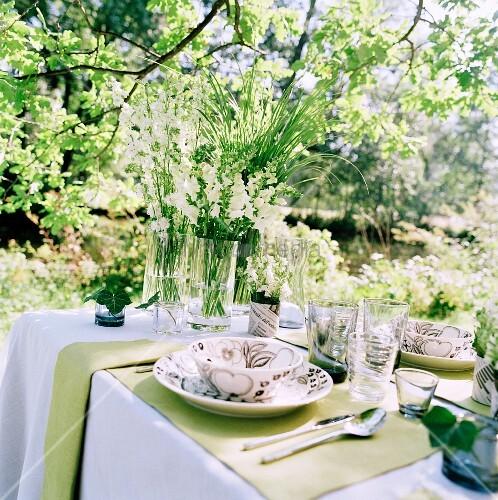 Gedeckter Tisch Im Garten: Festlich Gedeckter Tisch In Sommerlichem Garten