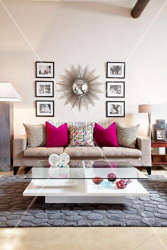Sonnenspiegel und SchwarzweissFotos über grauer Couch