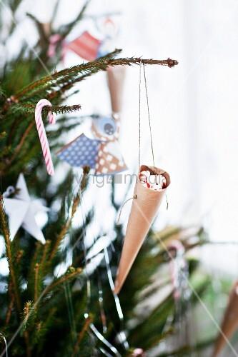 dekorierter weihnachtsbaum nahaufnahme bild kaufen. Black Bedroom Furniture Sets. Home Design Ideas