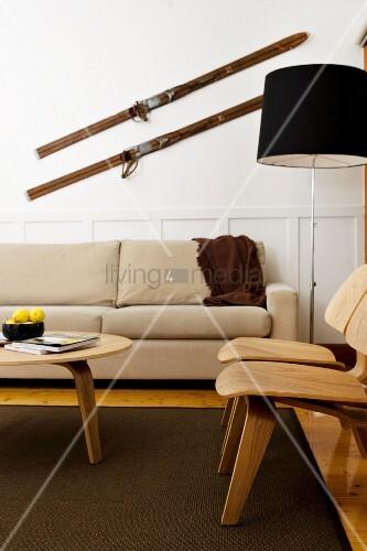 wohnzimmer im skandinavischen stil mit beigefarbener couch und holzst hlen ber der couch. Black Bedroom Furniture Sets. Home Design Ideas