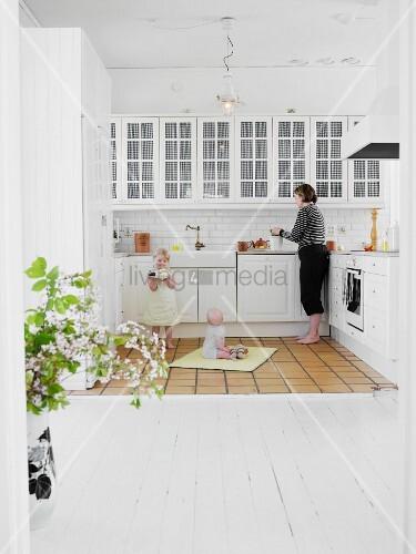 Küchen skandinavischen stil  Mutter mit Kindern in weisser Küche im skandinavischen Stil – Bild ...