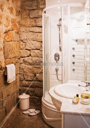 Moderne dusche waschtisch in badezimmer mit gemauerten - Waschtisch gemauert ...