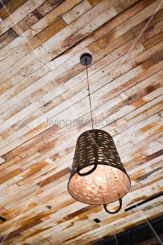 eine antike recycling lampe h ngt von einer holzdecke bild kaufen living4media. Black Bedroom Furniture Sets. Home Design Ideas