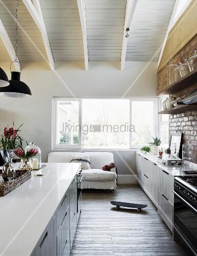 offene wohnk che im eleganten landhausstil mit sichtmauerwerk und vintageflair an der k chenwand. Black Bedroom Furniture Sets. Home Design Ideas