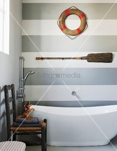 modernes bad mit freistehender badewanne und maritimen stilelementen an grau wei gestreifter. Black Bedroom Furniture Sets. Home Design Ideas