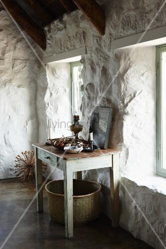 vintage holztisch an weiss get nchter rustikaler steinwand in hellem raum unter dem tisch ein. Black Bedroom Furniture Sets. Home Design Ideas