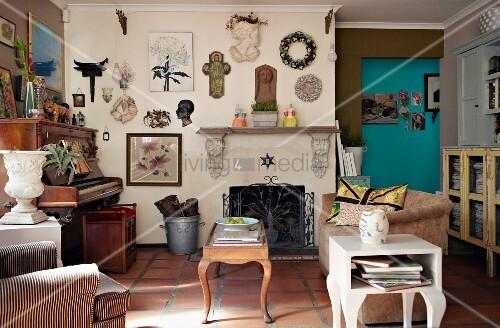 wohnzimmer mit antikem klavier vintage m beln und eine mit sammelst cken dekorierten wand ber. Black Bedroom Furniture Sets. Home Design Ideas