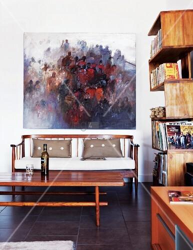 modernes lgem lde ber elegantem holzsofa an der wand. Black Bedroom Furniture Sets. Home Design Ideas
