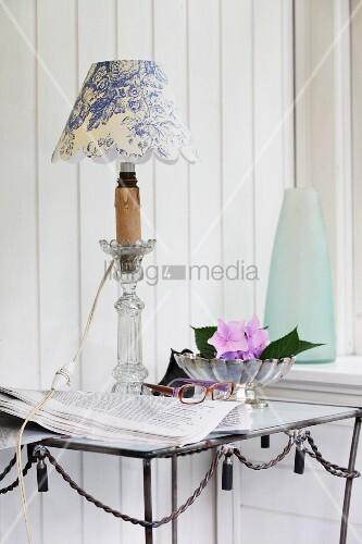 Tischlampe mit selbstgefertigtem lampenschirm aus weiss for Lampenschirm tischlampe
