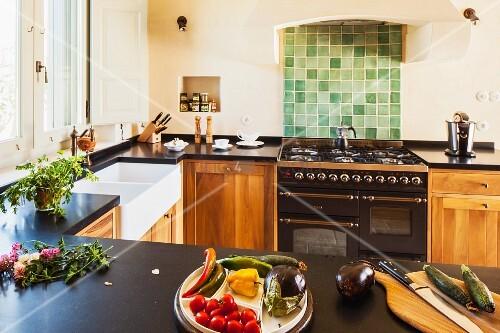 u f rmig angelegte k chenzeile gem se auf theke gegen ber gasherd mit gr nen fliesen an wand. Black Bedroom Furniture Sets. Home Design Ideas