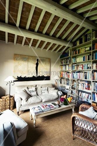 Gemütliches Wohnzimmer mit Sitzgruppe im Landhausstil und ...