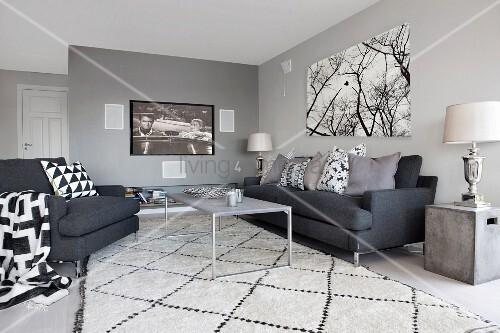 anthrazitfarbene sitzgruppe mit schwarzweissen kissen und teppich flatscreen und bild mit. Black Bedroom Furniture Sets. Home Design Ideas