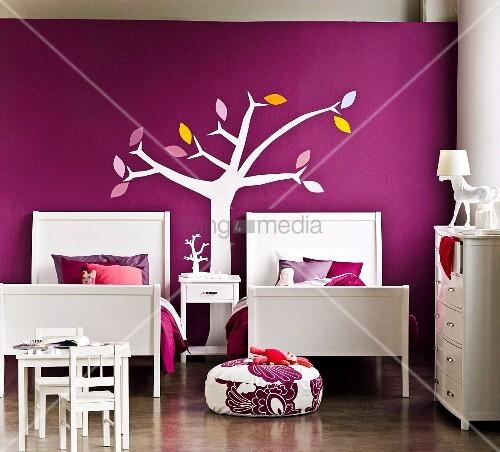 elegant gestyltes m dchenzimmer f r ein geschwisterpaar zwei betten vor violetter wand mit. Black Bedroom Furniture Sets. Home Design Ideas