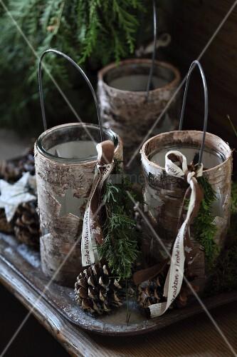 windlichter mit drahtb gel in birkenrindenh lle mit ausgestanzten sternen und weihnachtlicher. Black Bedroom Furniture Sets. Home Design Ideas