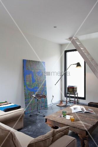 wohnraum mit hellem sofa rustikalem couchtisch und stehhilfe mit sattelartigem sitz vor. Black Bedroom Furniture Sets. Home Design Ideas